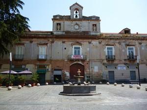 Piazza Carità con al centro la storica Fontana dei Delfini