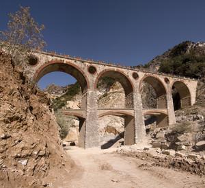 Un ponte tra le cave