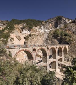 Viadotto tra cave di marmo