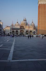 """… piazza San Marco …. attonito un inglese ripete """"no bench, why no bench!""""…"""