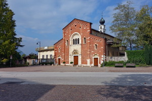 Piazza con la Chiesa dei Padri Francescani