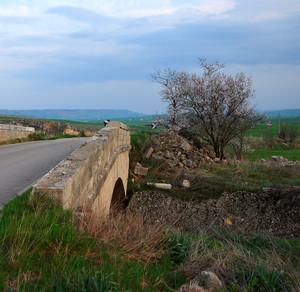 Un piccolo ponte sopra la ferrovia