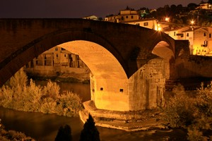 ponte romanico in notturna