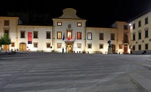 Una piazza di Pontassieve in notturna