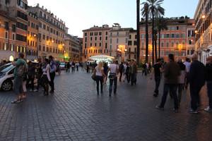 Si accendono le luci su Piazza di Spagna