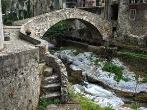 Non c'è acqua senza ponti.
