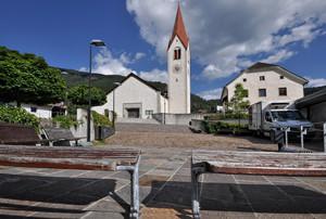 due panchine per l'uscita dalla chiesa