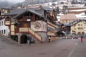 Una piazza di Campitello Val di Fassa