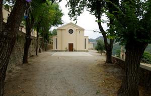 Piazzetta davanti alla chiesetta del paese che non c'è più