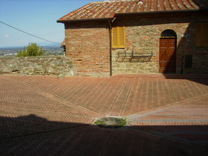 Piazzetta interna con mattoni rossi