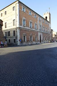 La piazza con il Municipio