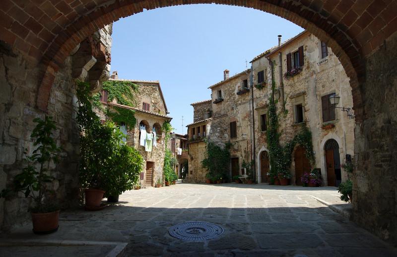''Piazza Castello vista dall'arco'' - Manciano
