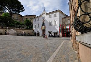 Piazza San Francesco durante l'infiorata