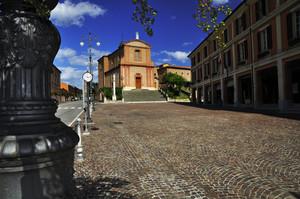 La piazza, il santuario, e il palazzo comunale