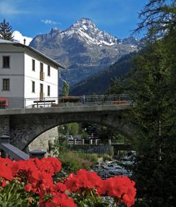 La Thuile, un ponte e il monte Rutor