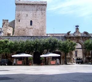 Piazza della Conciliazione con l'ingresso principale al Castello