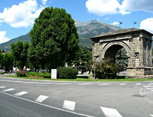 Una piazza con l'Arco