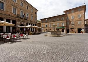 La piazza con la fontana