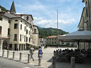 Un pennone rosso in piazza Marc'Antonio