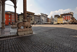 uno stiloforo in piazza Duomo a Trento