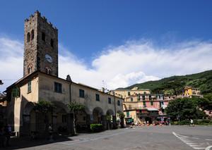 arrivano le nuvolette sulla piazza di Monterosso al Mare