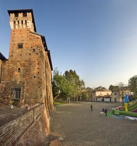 L'antico castello domina la piazza