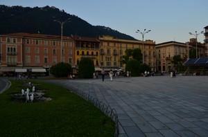 la piazza con vista lago
