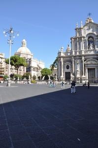 """Piazza Duomo con il Duomo e una """"penna"""" per votare"""