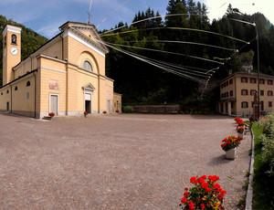 Una piazza nel centro di Campodolcino