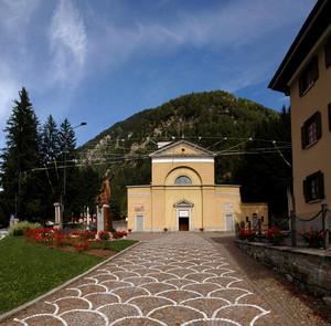 Una bella piazza davanti alla Chiesa parrocchiale di Campodolcino