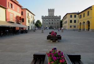 Panche fiorite in Piazza Agnolo