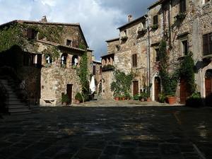 Montemerano, Piazza Castello