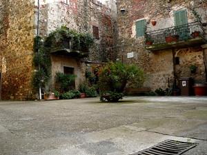 Montemerano, Piazza del Campanile