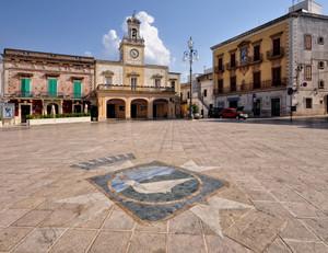 Il sole a destra, santifica Piazza Ignazio Ciaia