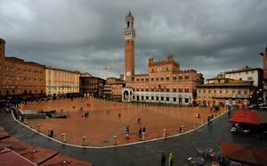 aspettando al pioggia in Piazza del Campo