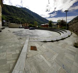 Una piazza circolare in Val Malenco