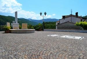 """""""Una stele, un lampione, un'antenna"""" – Piazza Marconi – Sant'Agapito (IS)"""
