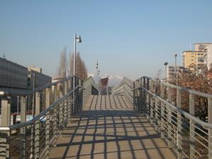 Torino, ponte pedonale di fronte alla chiesa del Sacro Volto