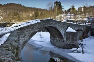 Ponte medioevale innevato