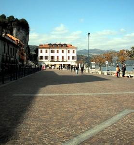 ''Passeggiata a Piazza del Popolo'' - Arona
