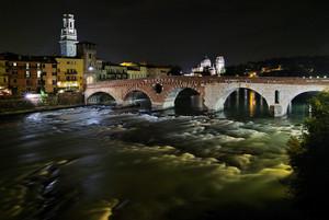 Ponte di Pietra in notturna