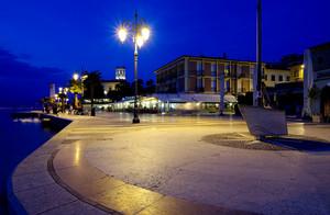 In piazzetta gustandosi il lago di Garda