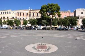 Geometrie di Piazza Vittorio Emanuele II con lo stemma cittadino