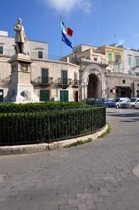 Piazza Mazzini sotto lo sguardo del suo statista