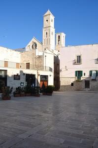 Piazza Meschino con un rosone e due campanili del Duomo