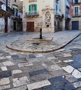Piazza Costantinopoli con le sue chianche e l'edicola di S. Michele