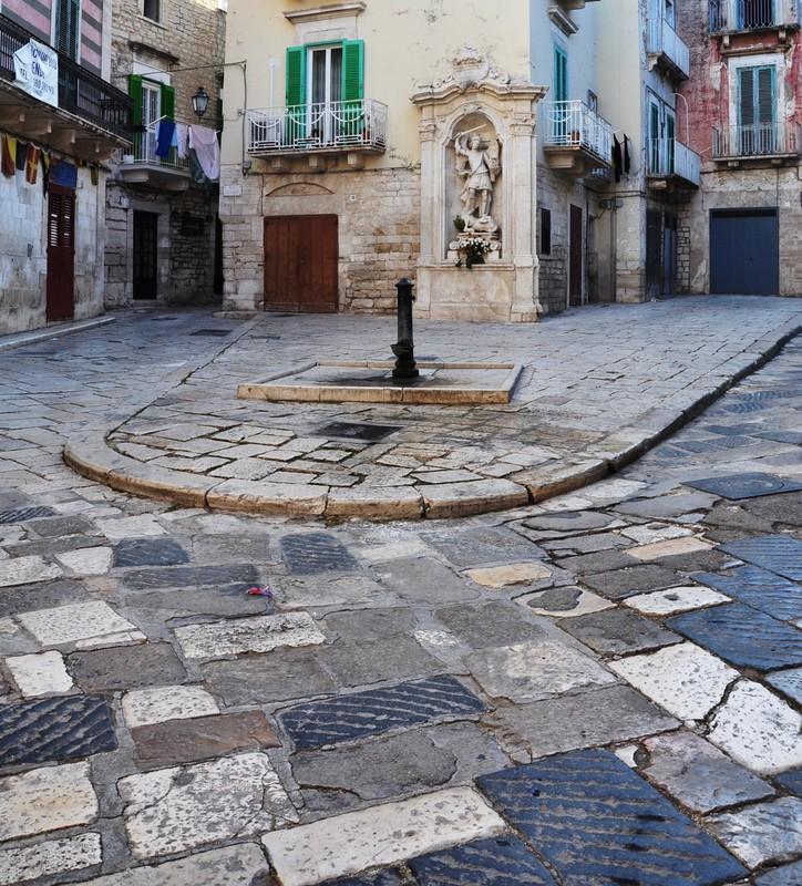''Piazza Costantinopoli con le sue chianche e l'edicola di S. Michele'' - Giovinazzo