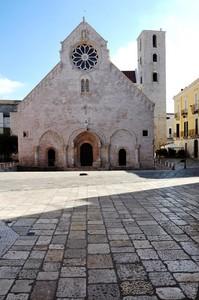 Dinanzi alla Concattedrale romanico-pugliese di S. Maria Assunta