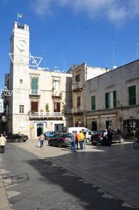 Piazza Menotti Garibaldi con la torre che segna il tempo