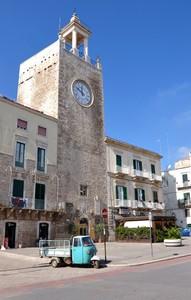 Un treruote in Piazza Cavour, sotto la torre normanna